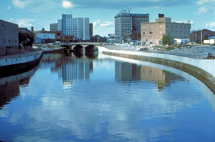 800px-Flint_River_in_Flint_MIchigan